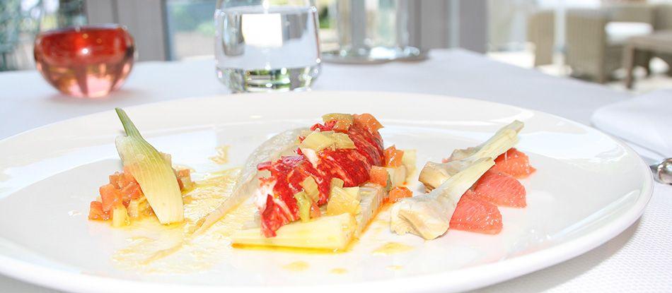 Queue de homard en déclinaison d'artichauts, fenouil et pomelos.
