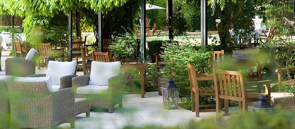 Vichy Hôtel Les Célestins 5 étoiles doté de nombreuses terrasses ombragées