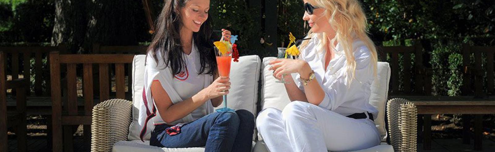 Dégustation des nouveaux cocktails à la terrasse du bar le Blue Note.