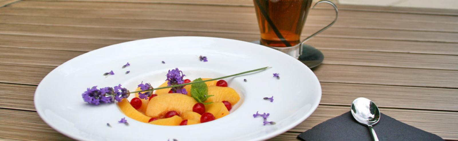 Recette de pêches pochées aux saveurs provençales - Chef Spa Hôtel Vichy